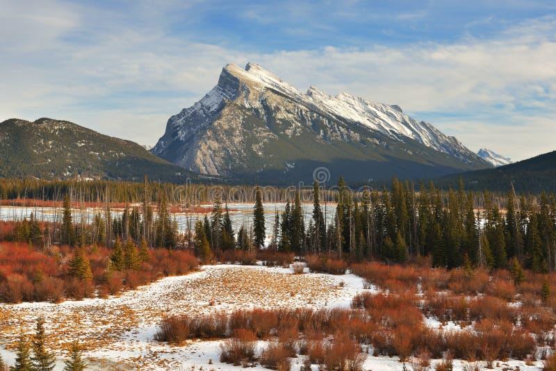 Установите Rundle и Vermilion озера в зиме, Banff, AB стоковая фотография rf
