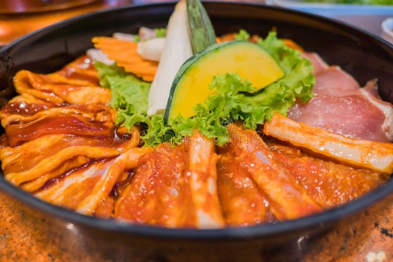 Установите shabu или мясо и овощи sukiyaki на блюде круга стоковая фотография rf