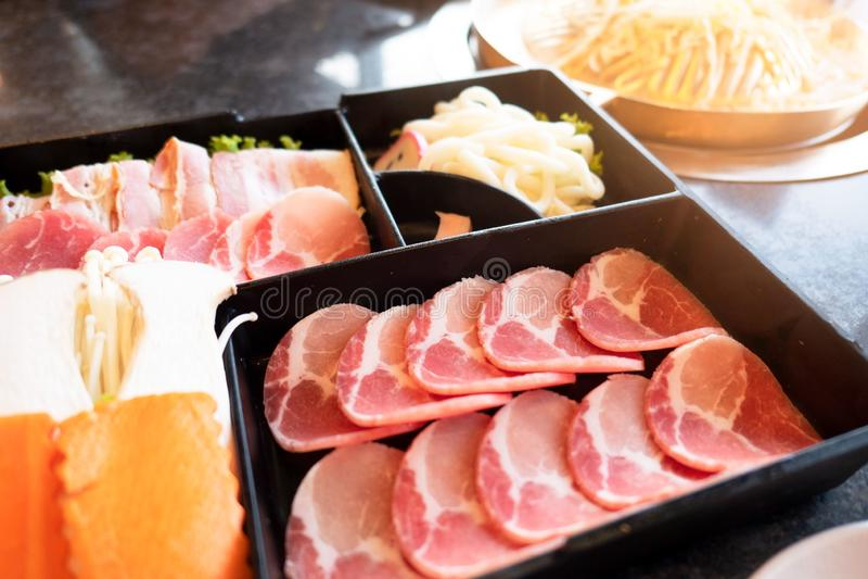 Установите shabu shabu, Suki Shabu в restaurantÂ, традиционной японской кухне стоковые изображения rf