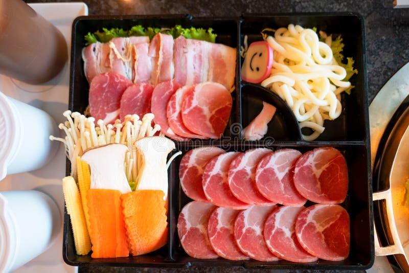 Установите shabu shabu, Suki Shabu в restaurantÂ, традиционной японской кухне стоковое изображение