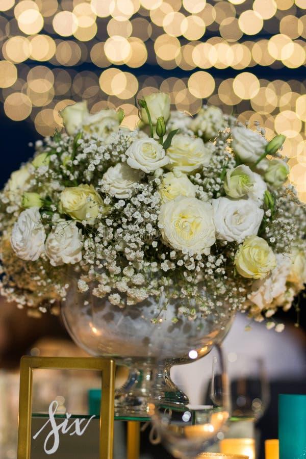 Установка букета белой розы на свадьбе ночи приема с boken стоковое изображение rf
