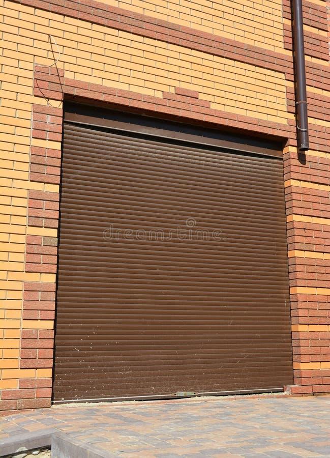 Установка двери гаража Двери гаража & консервооткрыватели двери гаража стоковые изображения
