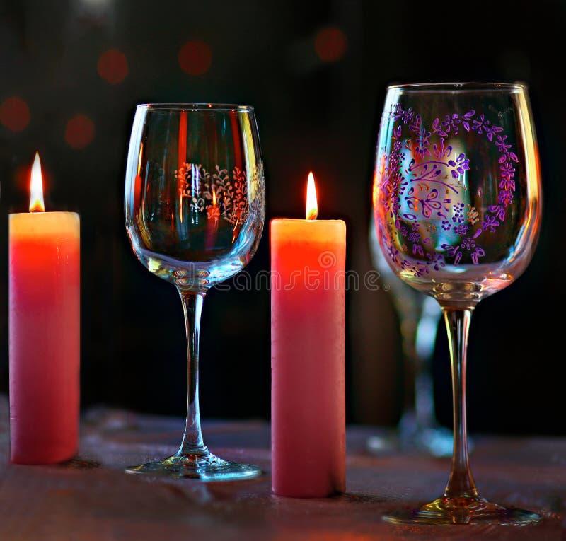 Установка гореть красочные свечи и стекла с patte стоковые фотографии rf