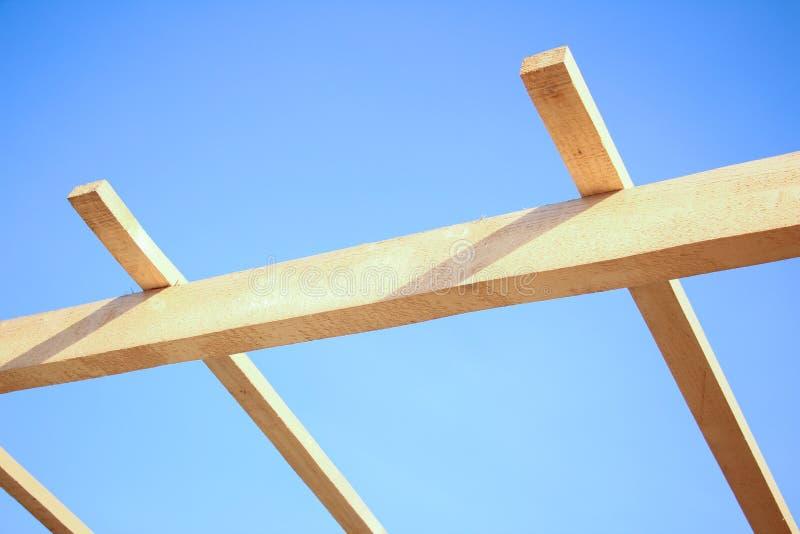 Установка деревянных балок на конструкции стоковые изображения