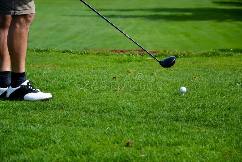 Установка игрока в гольф практикуя на зеленый цвет стоковые фото
