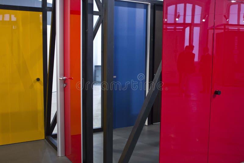 Установка дизайна дверей во время стоковые изображения