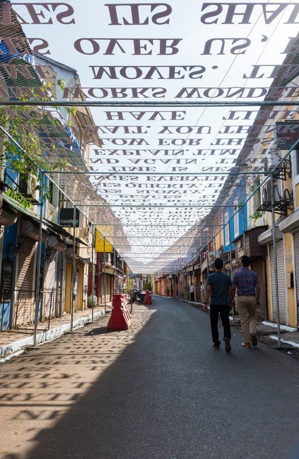 Установка искусства над улицей в Goa, Индии стоковое фото rf