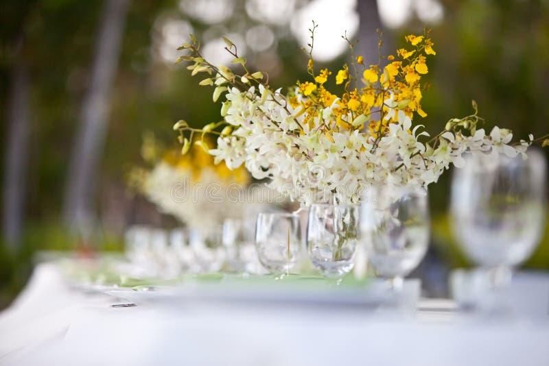 Установка и цветки таблицы декора венчания пляжа стоковые фотографии rf