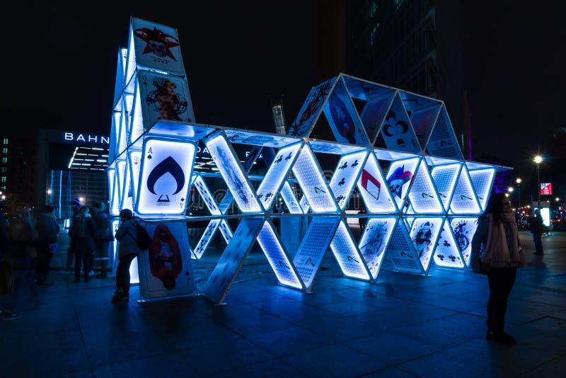Установка «карточный домик» искусства на Potsdamer Platz стоковые фото