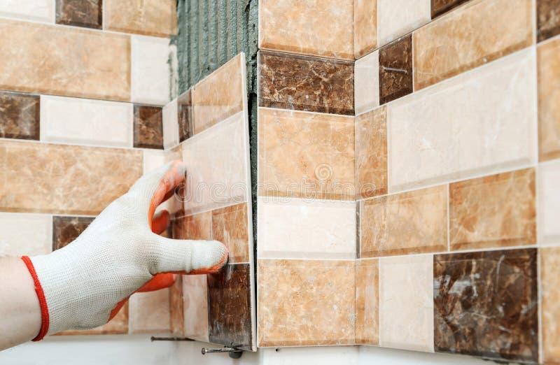 Установка керамических плиток стоковые изображения rf