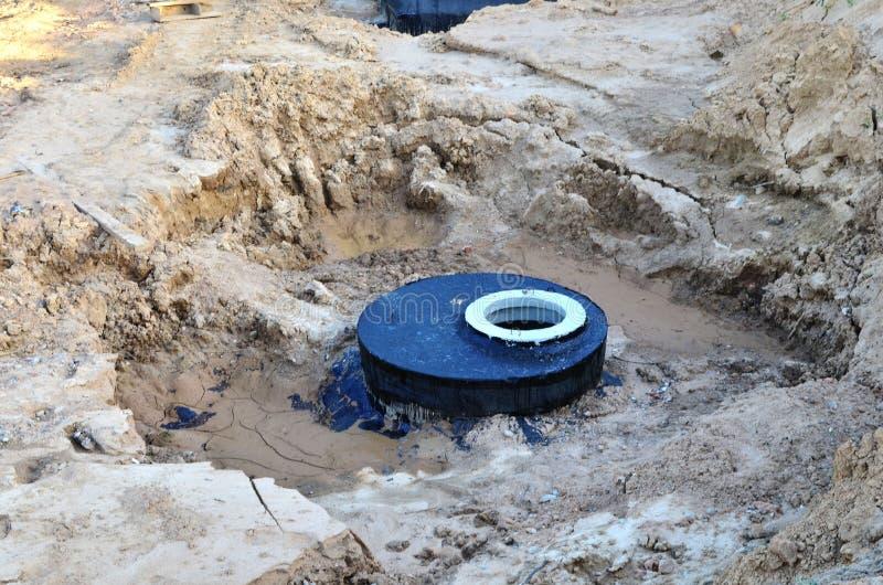 Установка конкретных колодцев сточной трубы в земле на строительной площадке стоковое изображение rf