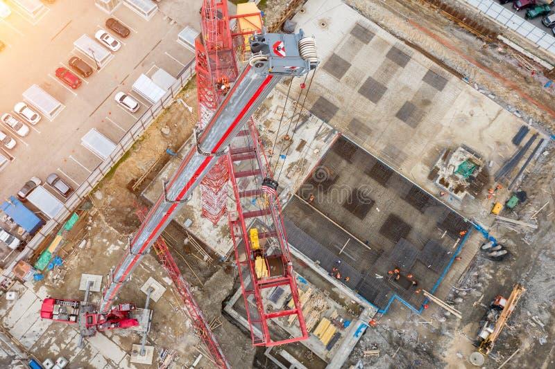 Установка крана конструкции, с помощью крану на тележке, воздушному взгляду сверху ямы и строительной площадке, стоковое изображение