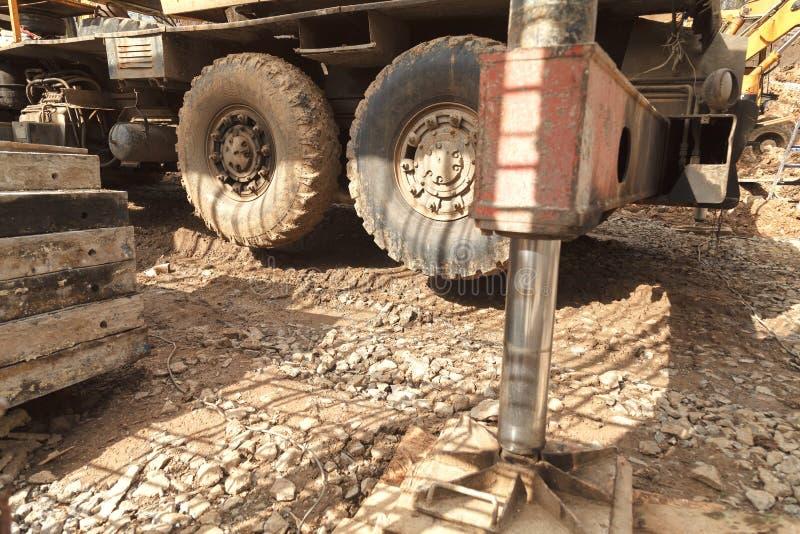 Установка крана на том основании для подниматься строительных материалов стоковые фото
