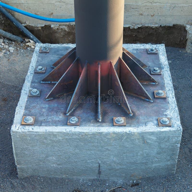 Установка круглой трубки металла на плите вставки металла, переплетенная в бетон стоковое изображение rf
