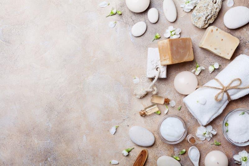 Установка курорта от продуктов заботы и красоты тела с цветками на каменном взгляд сверху предпосылки Плоское положение стоковые изображения