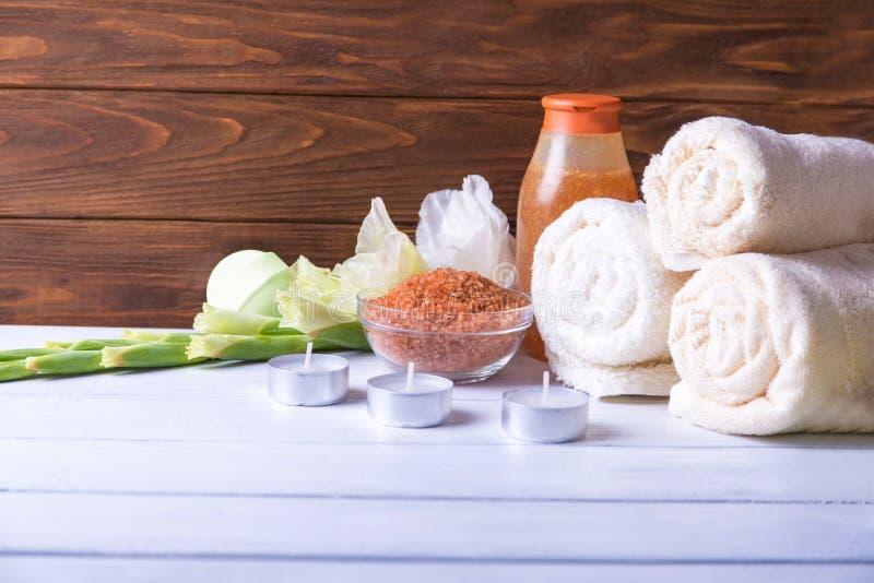 Установка курорта с естественным прованским boamb ванны, солью моря, scrub, цветки, полотенца и свечи На белом деревянном столе С стоковая фотография rf