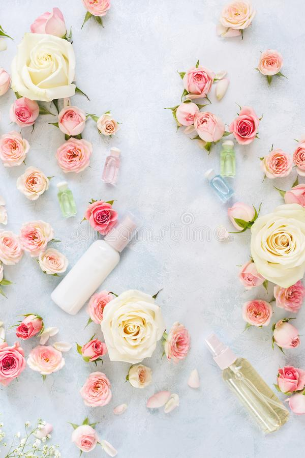 Установка курорта с цветками, подняла moisturizing сливк и эфирное масло стоковые изображения