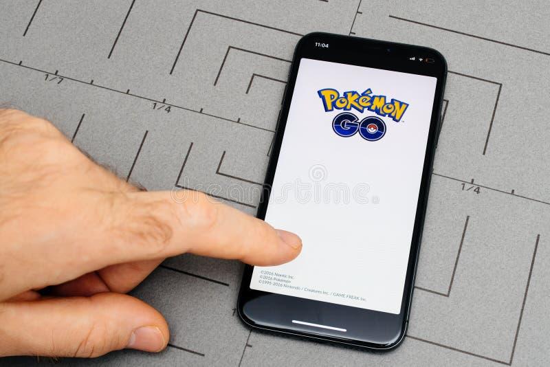 установка на iPhone x pokemon прикладного обеспечения 10 app идет, стоковые фотографии rf