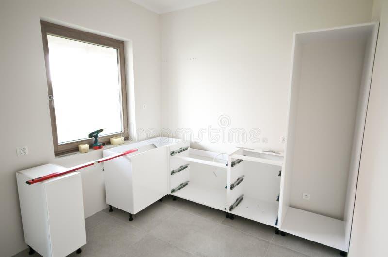 Установка новой белой кухни стоковые фотографии rf
