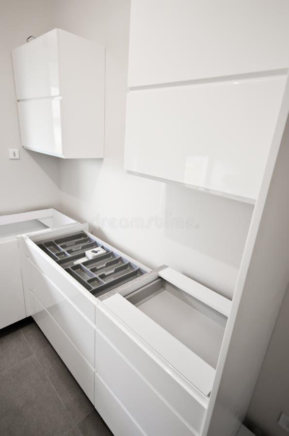 Установка новой белой кухни стоковая фотография rf