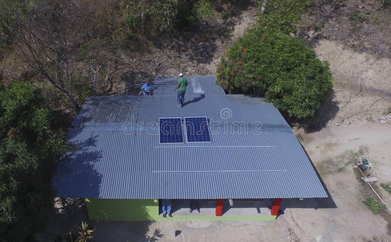 Установка панелей солнечных батарей на крыше дома стоковые фотографии rf