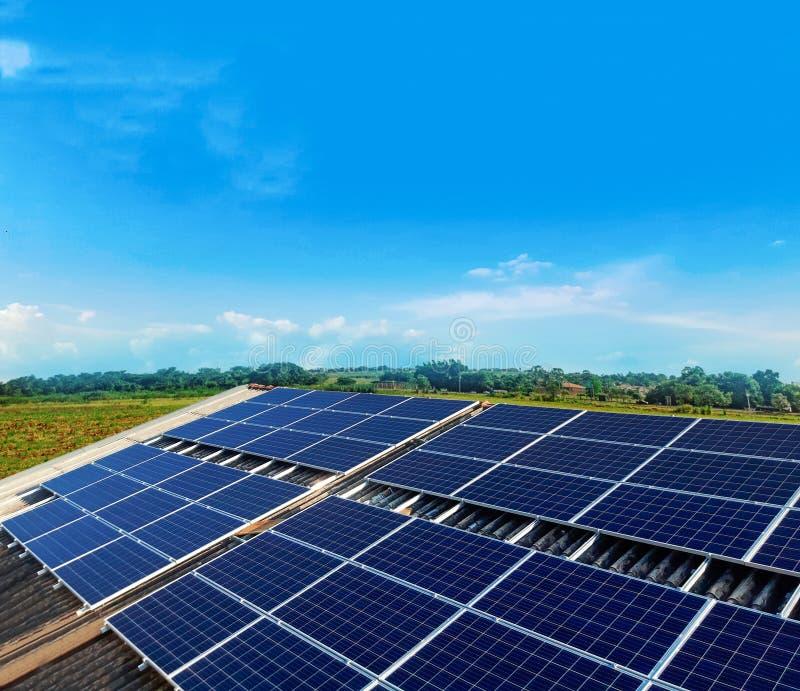 Установка панели солнечных батарей фотовольтайческая на крышу стоковые изображения
