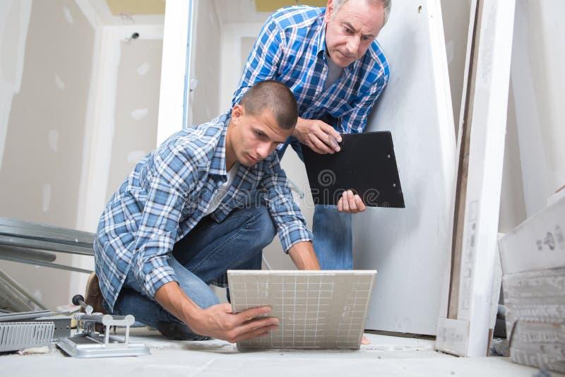 Установка плитки пола для жилищного строительства стоковые фотографии rf