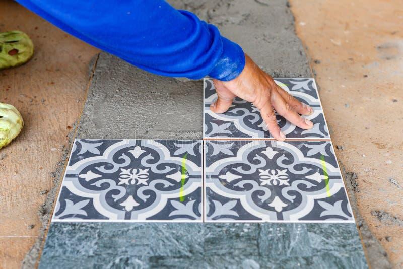 Установка плитки пола для жилищного строительства стоковое изображение rf