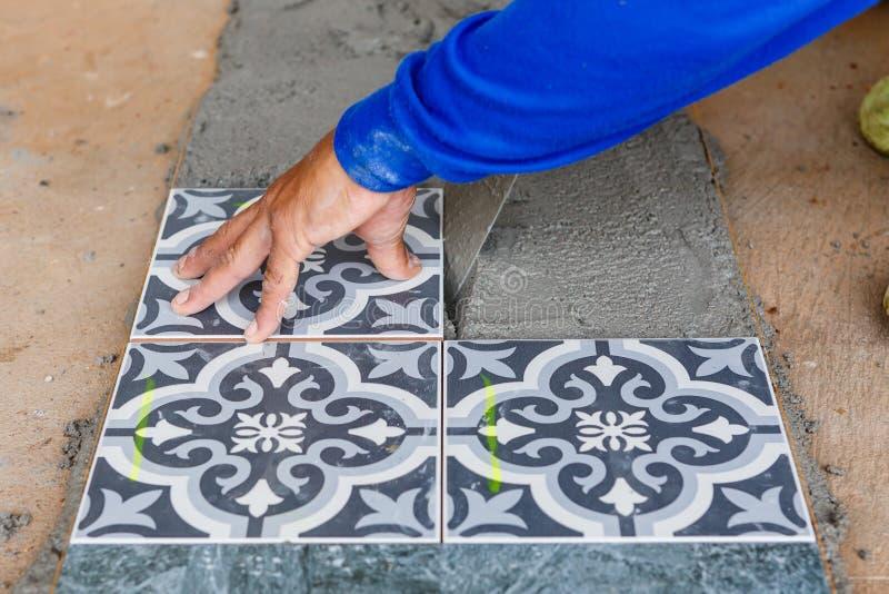 Установка плитки пола для жилищного строительства стоковое фото
