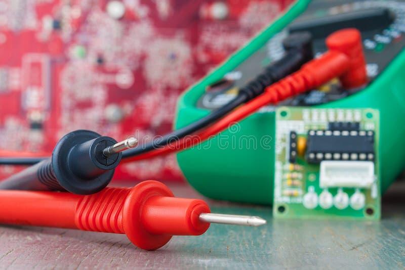 Установка, ремонт радиотехнической аппаратуры Превратитесь или связанная с хобби электроника стоковые фото