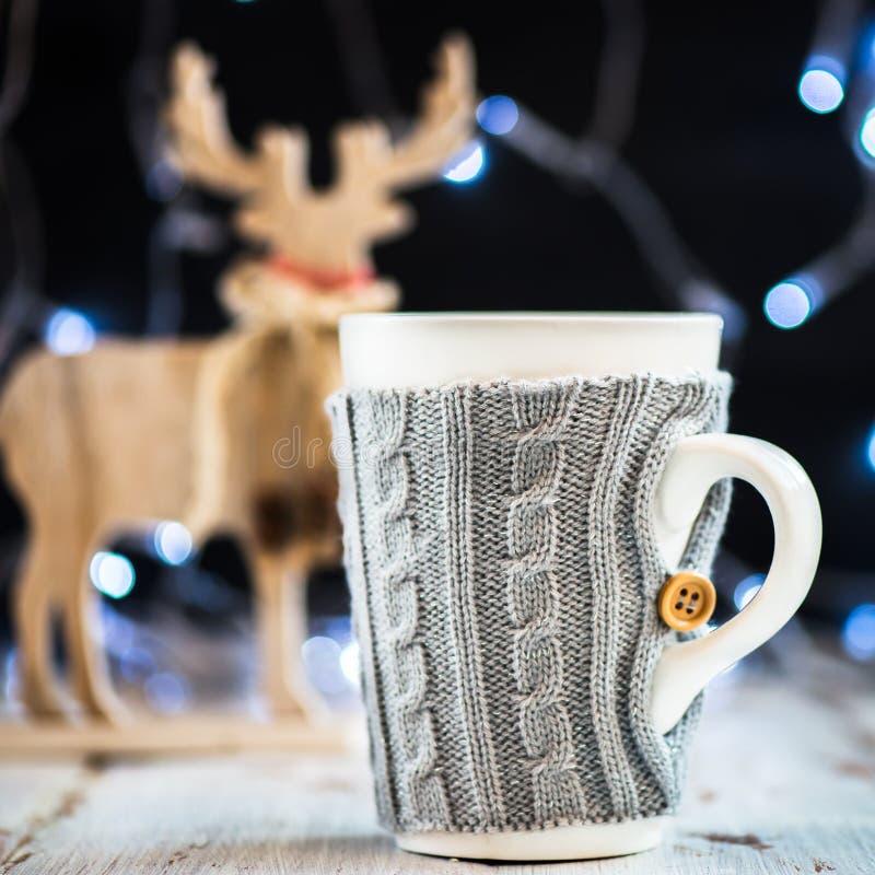 Download Установка рождества с горячим шоколадом в причудливой кружке свитера Стоковое Изображение - изображение насчитывающей питье, тросточка: 81800891