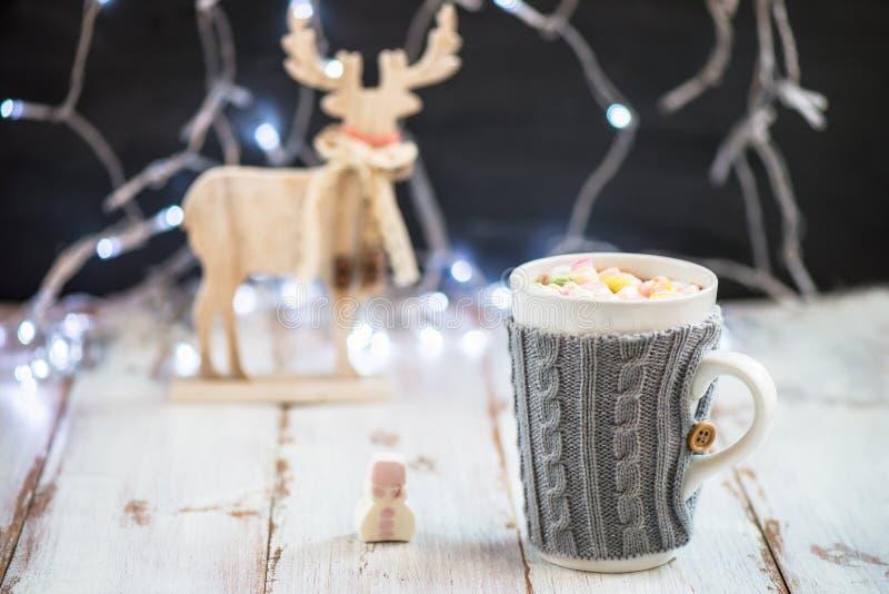 Download Установка рождества с горячим шоколадом в причудливой кружке свитера Стоковое Фото - изображение насчитывающей кружка, питье: 81800898