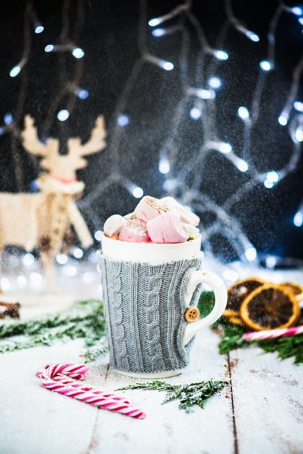 Download Установка рождества с горячим шоколадом в причудливой кружке свитера Стоковое Фото - изображение насчитывающей потворство, cacao: 81800982