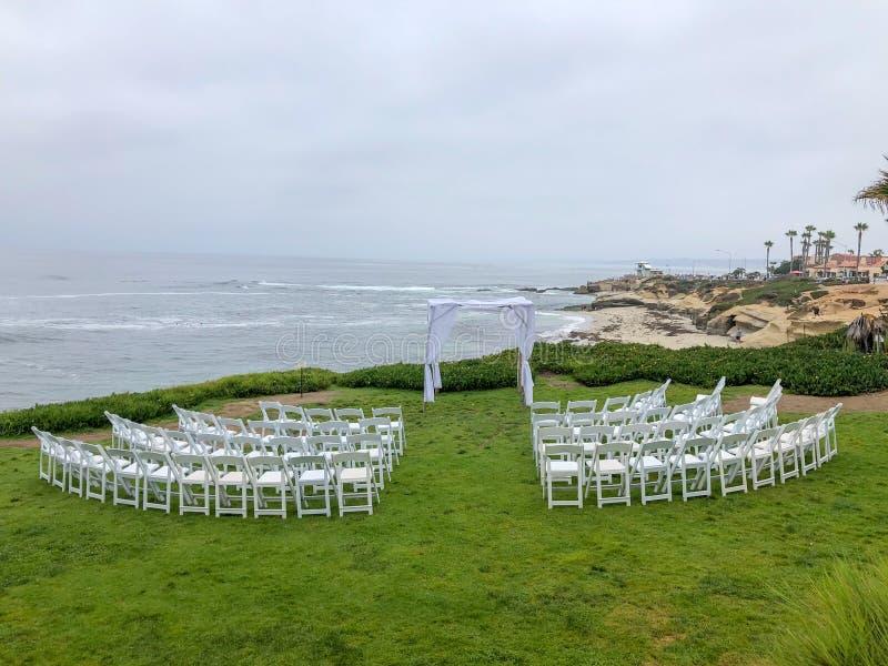 Установка свадебной церемонии в саде перед океаном стоковое фото rf