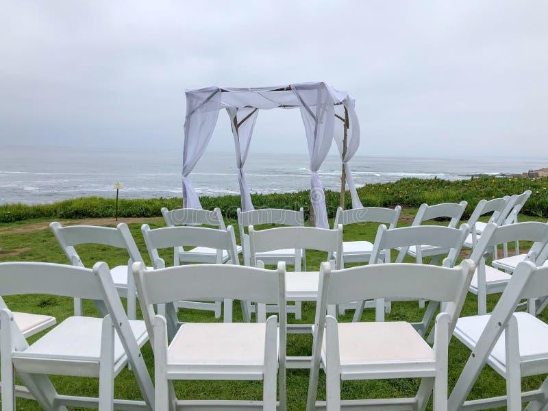 Установка свадебной церемонии в саде перед океаном стоковое изображение rf
