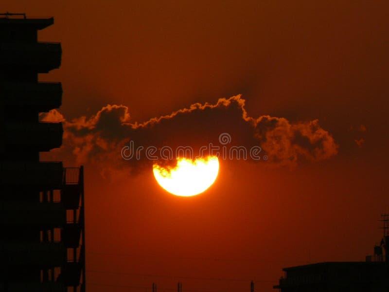 Установка сверкающего солнца в токио стоковые изображения rf