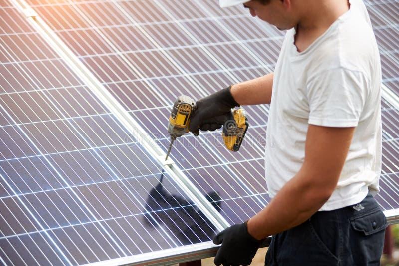 Установка системы панелей отдельно стоящего внешнего фото voltaic Зеленое поколение способное к возрождению энергии стоковые фотографии rf