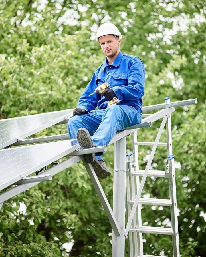 Установка системы панели солнечного фото voltaic стоковое фото