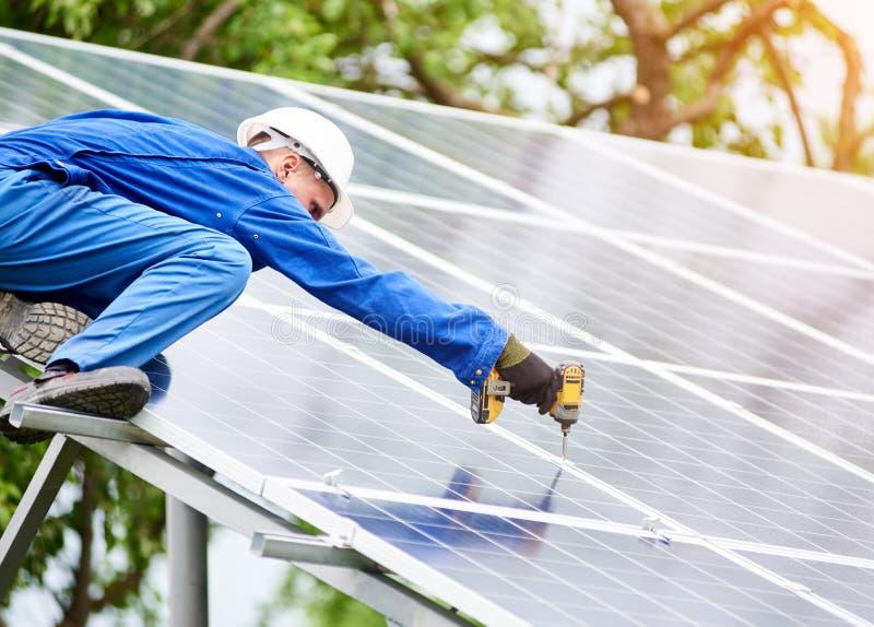 Установка системы панели солнечного фото voltaic стоковое фото rf