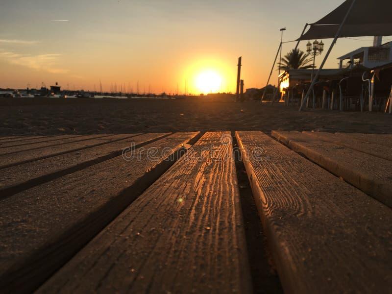 Установка солнца и свое отражение стоковые фото