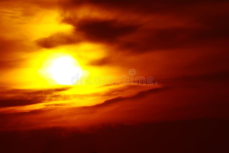 Установка Солнця в закоптелом западном небе стоковое изображение