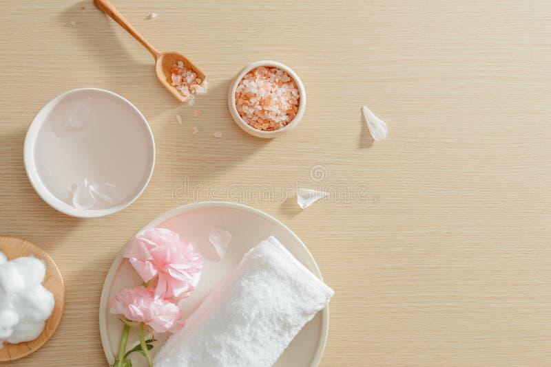 Установка спа соли, полотенца, цветка на плите на деревянной предпосылке с космосом экземпляра Ослабьте r r стоковое фото rf