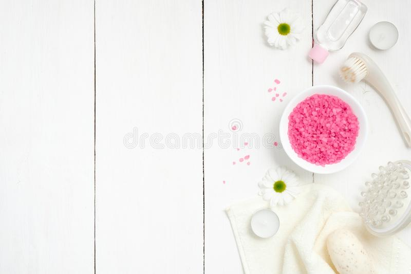 Установка спа с солью моря в шаре, полотенце, инструменте массажа, цветках стоцвета, свечах на предпосылке woode, взгляде сверху  стоковые фото