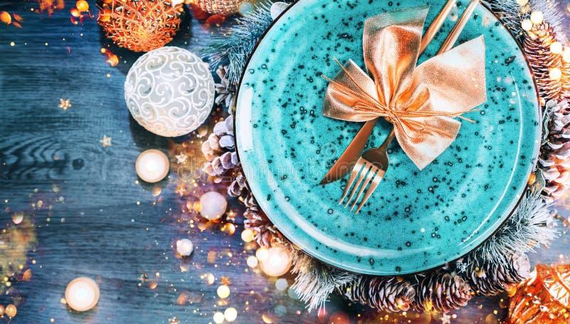 Установка стола для праздничного праздника Рождества Планшетоп, вид сверху Новый год, оформление кеш-стола с синей тарелкой, крас стоковое фото