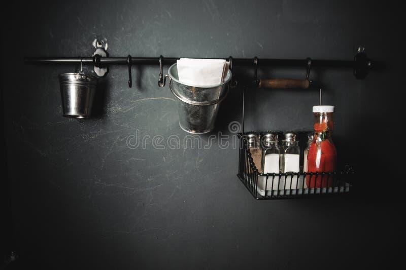 Установка столешницы шейкеры соли и перца кетчуп стоковые изображения