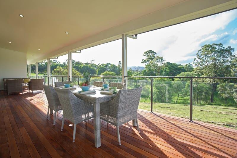 Установка столовой на патио современного просторного дома d фермы стоковое изображение rf
