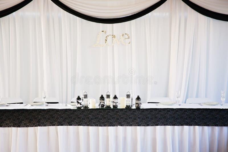 Установка таблицы свадьбы жениха и невеста стоковая фотография