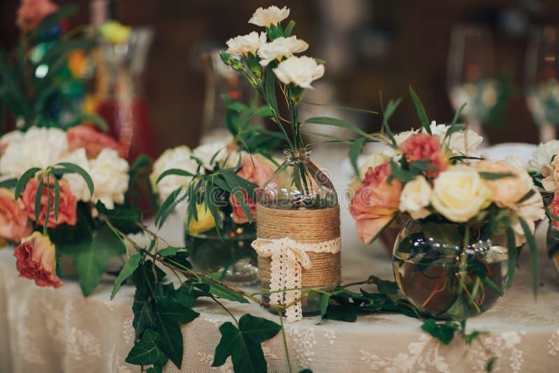 Установка таблицы, таблица гостя свадьбы, план приема в загородном стиле стоковая фотография rf