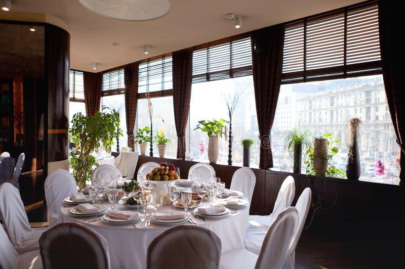 Установка таблицы в ресторане Таблица, плодоовощ и стекла песни приема по случаю бракосочетания белые стоковое фото