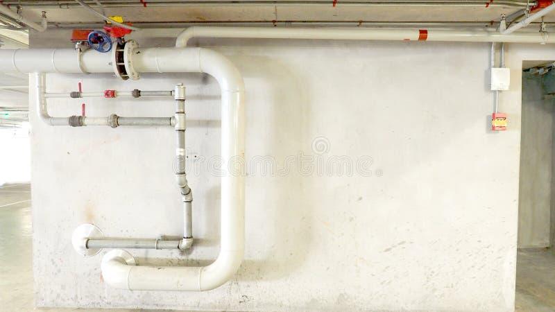Установка трубки воды для непредвиденных пожарных рукавов в строении стоковые изображения rf